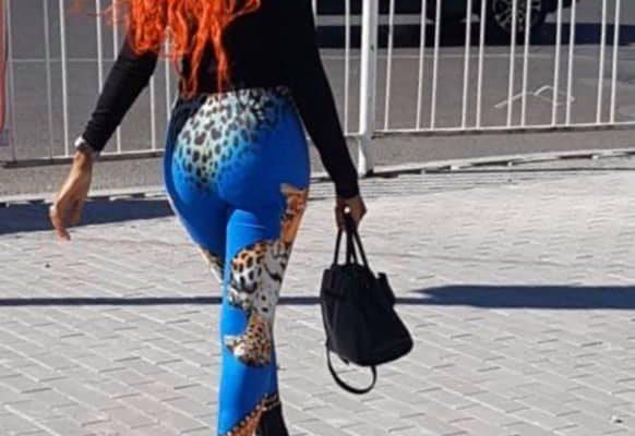 Queen Biz se dévoile tout en formes et en rondeurs dans un joli legging coloré