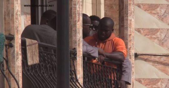 Vidéo – Attristé par la mort de son épouse Aziz Ndiaye inconsolable craque et fond en larmes devant chez collègues lutteurs