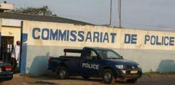 Deux jeunes filles tabassent un commissaire de police